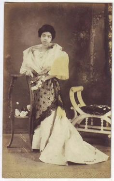 vintage everyday: 24 Charming Photo Postcards of Philippine Girls in Traditional Dresses from between Philippines Dress, Philippines Fashion, Philippines Culture, Philippines People, Filipino Fashion, Philippine Women, Filipino Culture, Filipina Beauty, Historical Pictures