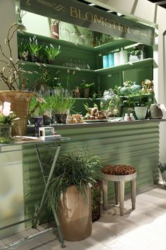 Trendenser potting sheds are fun en 2019 flower shop design, Shop Interior Design, Retail Design, Store Design, Flower Shop Design, Shop Front Design, Flower Shop Decor, Plans Loft, Deco Cafe, Flower Shop Interiors