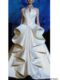If this wedding gown doesn't show that Sarli is a great designer, I may need to cancel my Vogue subscription. Evening Dress Long, Evening Dresses, Beautiful Gowns, Beautiful Outfits, Gorgeous Dress, Couture Fashion, Runway Fashion, High Fashion, Rome Fashion
