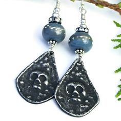 A little spooky, a lot of Goth and totally fascinating, the GOTHIC GOODNESS skull charm and lampwork earrings totally rock for Halloween or Day of the Dead festivities. Artisan created from lead free pewter, the skull charms are the definite eye catchers of the unique earrings.