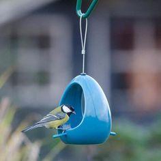 Voederhuis van keramiek om vogels te voeren of water te geven