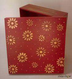 Caixa com técnica de estêncil e pasta metálica #artesanato #decoração #pintura #estêncil #flores