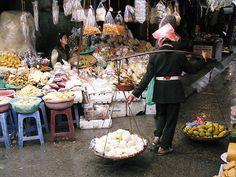 Vietnam street food and market scene. Vietnam Tours, Vietnam Travel, Asia Travel, Vietnamese Street Food, Vietnamese Recipes, Asian Market, Food Staples, Cool Countries, Foodie Travel