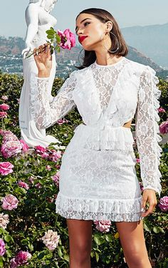 c3f1c0a5c0c Robe moulante manches longues blanche en dentelle à volants Petites Robes  Blanches