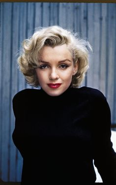 Portrait of American actress Marilyn Monroe as she poses on the patio outside of her home Hollywood California May 1953 Estilo Marilyn Monroe, Fotos Marilyn Monroe, Marylin Monroe, Marilyn Monroe Makeup, Divas, Pelo Vintage, Pin Up, Dark Eyebrows, Norma Jeane
