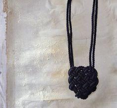 Collana cuore celtico nera di AlmaLadra su Etsy
