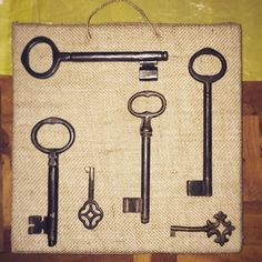 Cuadro hecho a mano con corcho, arpillera y llaves antiguas