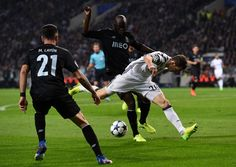 Juventus' Swiss defender Stephan Lichtsteiner (R) vies with Porto's midfielder Danilo Pereira during the UEFA Champions League round of 16 second leg football match FC Porto vs Juventus at the Dragao stadium in Porto on February 22, 2017. / AFP / FRANCISCO LEONG