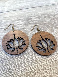 Wooden Earrings, Wooden Jewelry, Leather Earrings, Diy Jewelry, Jewelery, Jewelry Design, Jewelry Making, Circle Earrings, Flower Earrings