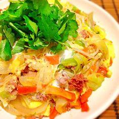 沖縄ちゃんぽんです 沖縄のちゃんぽんは、具の下がご飯です 簡単に言えばカツオが効いた野菜炒めの玉子とじ丼かな? 肉っけは沖縄の定食屋に習ってコンビーフハッシュです 沖縄行ったら朝ごはんにこれ食べます あっさりで野菜たっぷりでおいしいです 先日、いちどぅしさんが作っていて、食べたくなり作りました! いちどぅしさん、食べ友お願いします - 188件のもぐもぐ - 沖縄ちゃんぽん by acchi37