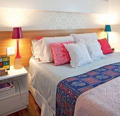 Pequena e aconchegante, a suíte principal tem papel de parede , cabeceira de madeira e luminárias divertidas. Projeto da arquiteta Claudia Pecego