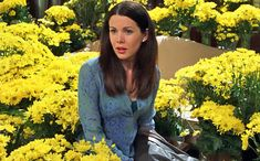 """In Gilmore Girls'first seasonfinale, Lorelai explains to her boyfriend Max (Scott Cohen) what a proper proposal should look like: """"There should be a thousand yellow..."""