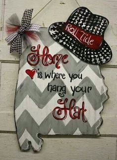 Burlap door hanger for football season :) would look so cute with shape of Texas and cowboy hat or Texans' bull. Crimson Tide Football, Alabama Crimson Tide, Alabama Football Wreath, Alabama Wreaths, Football Crafts, Football Rules, College Football, Football Sayings, Football Team