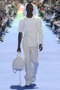 Louis Vuitton Discover Louis Vuitton Mens Spring 2019 See all the looks from the show. Suit Fashion, Fashion News, Fashion Brands, Mens Fashion, Fashion Outfits, Fashion Designers, Runway Fashion, All White Mens Outfit, Louis Vuitton