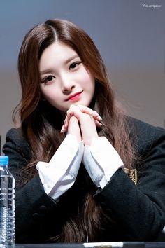 Ulzzang Korean Girl, Cute Korean Girl, Cute Asian Girls, Cute Girls, Kpop Girl Groups, Kpop Girls, Pony Makeup, Somebody To You, Beautiful Freckles