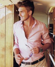 summer pink shirt- and probably the most attractive guy i've ever seen Mode Masculine, Sharp Dressed Man, Well Dressed Men, Fashion Moda, Mens Fashion, Style Fashion, Spring Fashion, Cooler Style, Herren Outfit