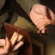 Sweing #handcraftedleather #handsew #handmade #hechoamano #leatherwork #sweing #hand #cocuan #barcelona #mataro www.cocuan.com