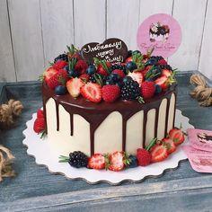 Birthday Drip Cake, 14th Birthday Cakes, Homemade Birthday Cakes, Birthday Cake Decorating, Cake Decorating Tips, Strawberry Cake Decorations, Cake Decorated With Fruit, Cupcake Cakes, Cupcakes