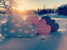 Eräänä pakkaspäivänä vein Pilvi-tyynyt ulos tuulettumaan.  It was a lovely winter day last week when I decided to give some fresh air for the Cloud cushions.
