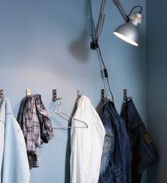 En række IKEA kroge – der hænger tøj på nogle af dem.
