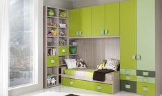 Per lasciare spazio al gioco senza rinunciare ai contenitori l'ideale è un armadio a ponte sopra il letto abbinato a una maxi libreria