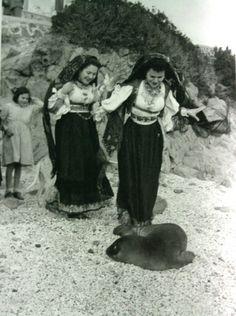 Cala Gonone 1950...il grande fotografo Federico Patellani descrive in uno scatto come era incontaminata la nostra terra....e il nostro Popolo...