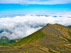 """Der große Krater des """"grollenden Berges"""" Irazu, hat einen Durchmesser von 275 Meter - ein Wolkenmeer umhüllt den Gipfel auf 3.432 Höhenmetern."""