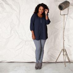 Deze verleidelijke blouse is iets doorschijnend en heeft een zilveren rits aan de V-hals waarmee zelf bepaald kan worden hoe diep deze gedragen wordt.... Bekijk op http://www.grotematenwebshop.nl/product/blouse-van-x-two-voor-vrouwen-met-grote-maten-26/