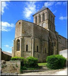 Vandré - Charente Maritime - L'église est élégante et défensive, élancée et trapue. Cette dualité ne se trouve que dans les bâtiments religieux d'architecture Romane.