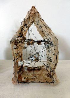house with wire, yarn, teabags, ink, wax, paper. 6 x 6 x 10 cm. 60 € Zuhause Haus aus Draht, Teebeutel, Tusche, Garn, Wachs, Papier. 6 x 6 x 10 cm. 60 €