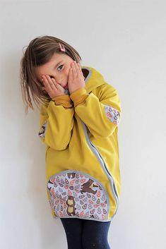 Veľkosť 110 Bundička je ušitá z hrubšieho softshellu tmavo žltej farby. Vpredu je jedno nakladané softshelové vrecko. Konce rukávov sú z bavlnených patentov, dajú sa ohrnúť. Tým sa bundička skráti, nes... Rain Jacket, Windbreaker, Jackets, Fashion, Down Jackets, Moda, Fashion Styles, Fashion Illustrations, Anorak Jacket