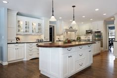 Check Out 23 Inspiring Traditional Kitchen Designs. Flower arrangements can have a great influence on how a traditional kitchen looks and can freshen up any interior. Diy Countertops, White Kitchen Cabinets, Island Kitchen, Kitchen Sink, Cuisines Design, Kitchen Lighting, New Kitchen, Kitchen Floor, Kitchens