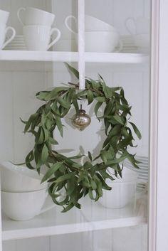 Wreath - eucalyptus wreath as fragrant Christmas decoration Aussie Christmas, Noel Christmas, Merry Little Christmas, Country Christmas, Simple Christmas, All Things Christmas, Winter Christmas, Christmas Wreaths, Christmas Crafts