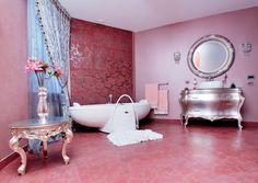 Оформление интерьера ванной выполнено в пастельно-розовых тонах.