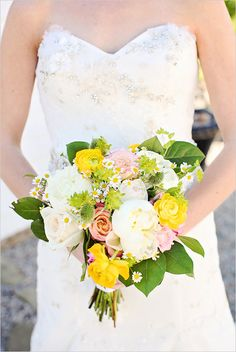 loving this yellow and white wedding bouquet! http://www.weddingchicks.com/2013/08/30/summer-wedding-bouquets/