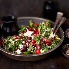 Lämmin lehtikaali-granaattiomenasalaatti | Kasvis, Salaatit, Arjen nopeat | Soppa365 Bao Buns, Pomegranate Salad, Green Bowl, Kale, Food Inspiration, Vegetarian Recipes, Cabbage, Salads, Yummy Food