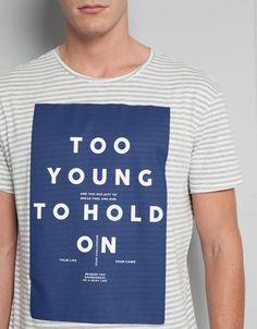 T-shirt riscas com print e texto - Graphic print - Bershka Portugal