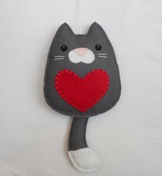 Felt Cat with Heart Photo Pattern Only Fabric Crafts, Sewing Crafts, Sewing Projects, Hanging Ornaments, Felt Ornaments, Felt Cat, Felt Decorations, Felt Fabric, Felt Toys