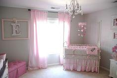 rideaux en rose pâle et murs en gris clair dans la chambre bébé