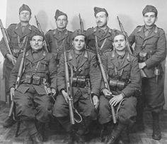 Livio Florindi, seduto a sinistra, insieme a quei camerati caduti in una imboscata nel 1942 sul fronte iugoslavo, e tutti uccisi.