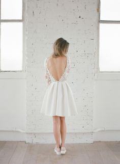 Pour le mariage civil, on ose cette robe courte et moderne ! (Rime Arodaky)