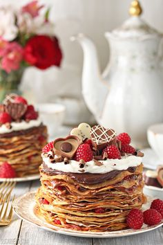 Chocolate Raspberry Mini Crepe Cake with recipe (link) Just Desserts, Delicious Desserts, Yummy Food, Sweet Desserts, Sweet Recipes, Cake Recipes, Dessert Recipes, Crepes Party, Tumblr Food