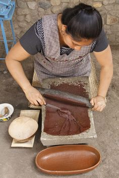 Making cacao in Oaxaca, Southern Mexico Mexican Kitchens, Mexican Cooking, Mexican Food Recipes, Mexican Art, Mexican Style, Mexican Dishes, Chocolates, Mexican People, Mexico Food