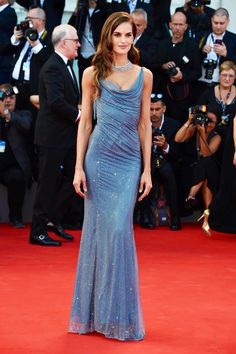 Izabel Goulart walks the red carpet ahead of the 'Downsizing' screening and Opening Ceremony during the Venice Film Festival at Sala Grande on. Pretty Dresses, Blue Dresses, Prom Dresses, Formal Dresses, Long Dresses, Izabel Goulart, Cocktail Gowns, Fashion Night, Red Carpet Looks