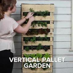Vertical Fruit And Veggie Pallet Garden - Jardin Vertical Fachada Garden Crafts, Garden Projects, Garden Art, Herbs Garden, Fruit Garden, Big Garden, Inside Garden, Veggie Gardens, Diy Projects