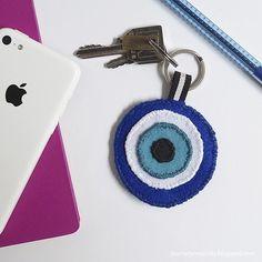 Olho grego de feltro é um ótima ideia para quem curte acessórios. Eu achei  uma 7b549eb949