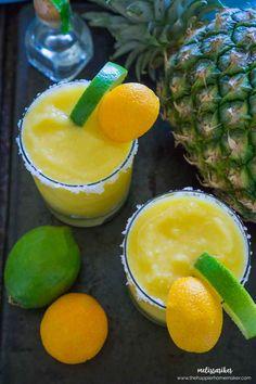 Piña congelado margaritas son el cóctel perfecto cuando esos días de verano se calientan-tequila, naranja, piña y lima sabores se mezclan perfectamente en este cóctel helado!