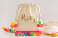 Anybody else riding the pom poms train right now?! I've been crushing on so many purses, dresses, and shoes lately that I had to find a way to incorporate them into some kid friendlyparty favors. These no-sew mini pom pom bags are what dreams are made of! Okay maybe not, but I like them enough …