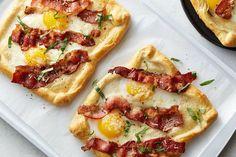 Pizza voor ontbijt? Zo raar is het idee helemaal niet! Zeker niet als je jouw ontbijt pizza met een heerlijk eitje, magere kaas en bacon maakt!