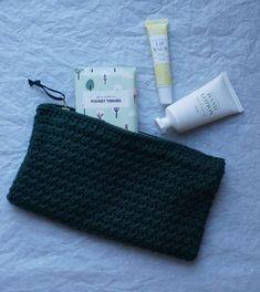 HÆKLEDE PUNGE – TRE TEKNIKKER Crochet Purse Patterns, Crochet Tote, Crochet Purses, Chrochet, Creative Crafts, Diy And Crafts, Hand Lotion, Diy Clothes, The Balm